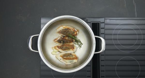 Knoblauch und Rosmarin entfernen, Hähnchenbrüste herausnehmen und warm stellen. Zitronenschale und restliche Oliven im Bratsud anschwitzen. Mit Zitronensaft und Geflügelbrühe ablöschen und kräftig einkochen lassen.