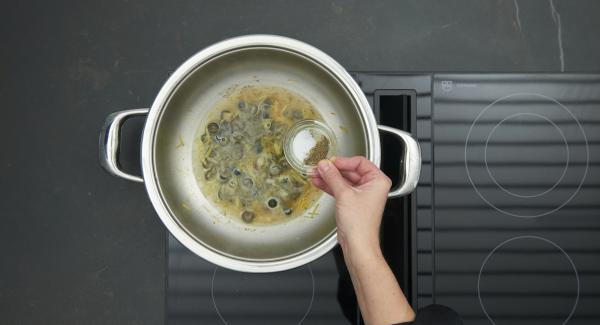 Mit Salz und Pfeffer abschmecken und zum Servieren mit Hähnchenbrüsten anrichten.