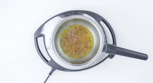 Butter würfeln, dazugeben und umrühren, bis eine cremige Sauce entstanden ist.