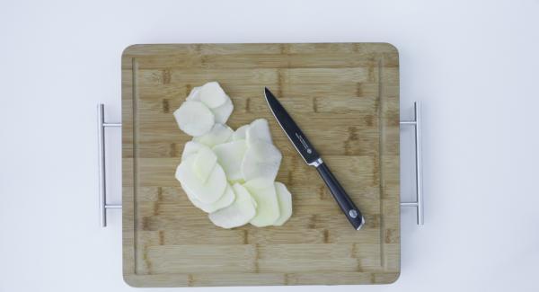 Apfel waschen und in sehr dünne Scheiben schneiden.