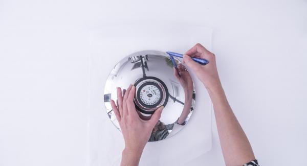 Mit Hilfe eines Deckels 24 cm einen runden Kreis aus Backpapier ausschneiden und in den Topf legen.