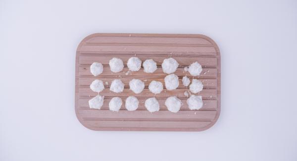 Kokosflocken, Puderzucker und Eiweiß miteinander vermengen und zu kleinen Kugeln formen.
