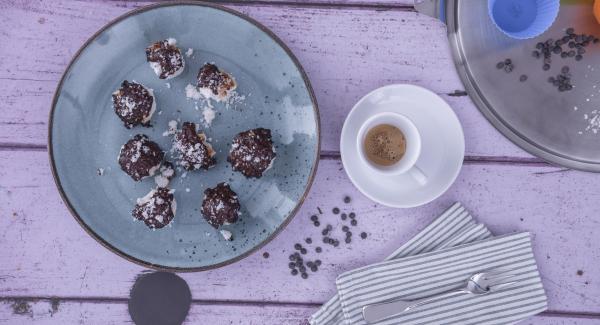 Am Ende der Garzeit Kokos-Kugeln aus dem Topf nehmen und mit geschmolzener Schokolade verfeinern. Trocknen lassen und servieren.