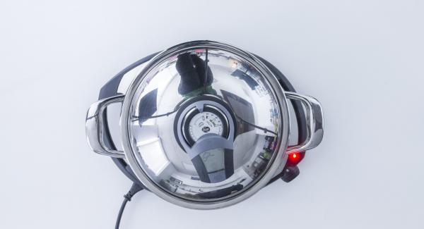 Sobald der Audiotherm beim Erreichen des Brat-Fensters piepst, Navigenio auf Stufe 2 schalten, Öl hinzufügen und umrühren. Paprika, Tomatensauce und Lorbeer dazugeben und uterrühren.