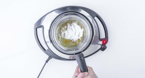 Zucker in kalte Sauteuse geben und auf Navigenio stellen. Navigenio auf Stufe 6 schalten. Zucker goldbraun karamellisieren, dazu leicht bewegen.