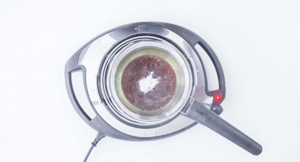 Wenn der Zucker zu Karamell geschmolzen ist, Salz und Sahne vorsichtig zugeben. Die Sahne sollte Zimmertemperatur haben. Karamellsauce gut umrühren.