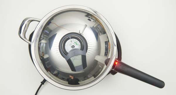 Sobald der Audiotherm beim Erreichen des Brat-Fensters piepst, auf Stufe 2 schalten und Zwiebel-Mix anbraten, bis die Zwiebeln glasig werden. Kohl und Möhre zugeben und mit anbraten.