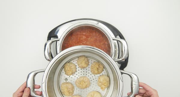 Kombi-Siebeinsatz nach Ablauf der Garzeit abnehmen und Momos warm halten. Sauce abschmecken und zusammen mit den Momos servieren.