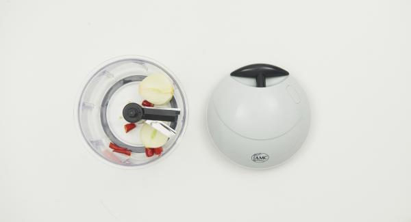 Hähnchen mit einer Geflügelschere in Portionsstücke teilen. Zwiebeln schälen und Chilischoten putzen. Eine Zwiebel und Chili im Quick Cut fein hacken.