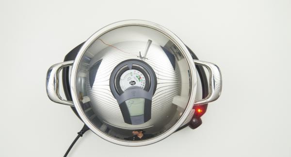 Hähnchenteile mit Hilfe des Audiotherms braten, bis der Wendepunkt bei 90 °C erreicht ist. Hähnchenteile wenden und die zweite Seite ebenfalls braten, bis der Wendepunkt erreicht ist.