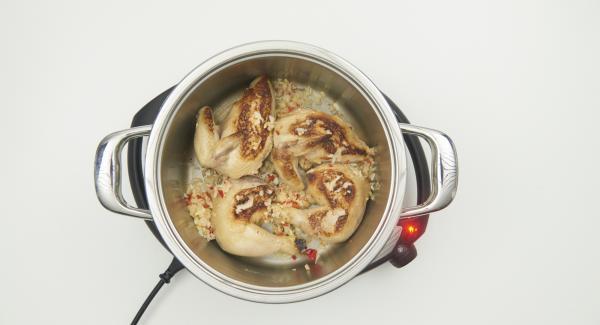 Zwiebel- Chili-Mix zugeben und mit anbraten, bis die alles hellbraun ist.