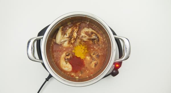 Alle Gewürze zugeben, mit passierten Tomaten aufgiessen und Reis und Wasser unterrühren.