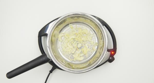 Sobald der Audiotherm beim Erreichen des Brat-Fensters piepst, auf Stufe 2 schalten, Deckel abnehmen und Zwiebeln unter Rühren hellbraun anbraten.