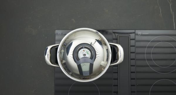 Sobald der Audiotherm beim Erreichen des Brat- Fensters piepst, auf niedrige Stufe schalten, Deckel abnehmen, Bulgur und Salz zugeben, umrühren und Deckel wieder auflegen.