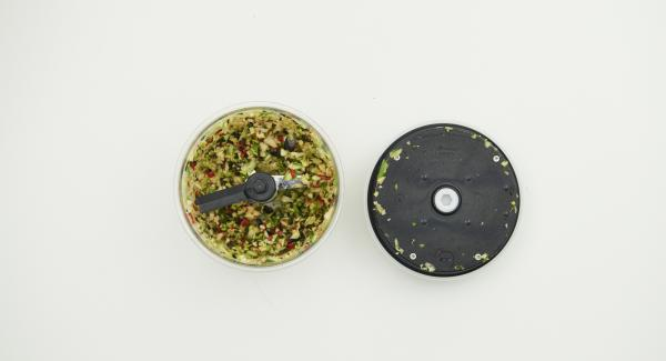 Gemüse putzen und im Quick Cut zerkleinern. Eier, Olivenöl, Salz und Pfeffer zugeben und nochmals miteinander im Quick Cut mischen.