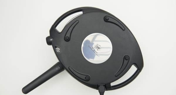 HotPan auf eine feuerfeste Unterlage stellen, Navigenio überkopf auflegen und Frittata 3 Minuten unter Nutzung der Restwärme backen.