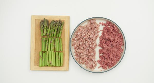 Möhre und Schalotte schälen, im Quick Cut fein hacken. Spargel in lange Streifen schneiden. Salsiccia zerkleinern.
