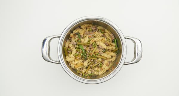 Secuquick abnehmen und restlichen Spargel, Parmesan und Olivenöl untermischen und nach Belieben abschmecken.