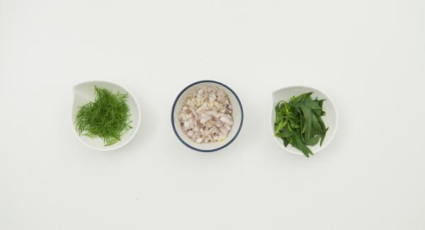 Schalotten schälen und fein würfeln. Estragonblätter und Dillspitzen abzupfen und bei Seite legen.