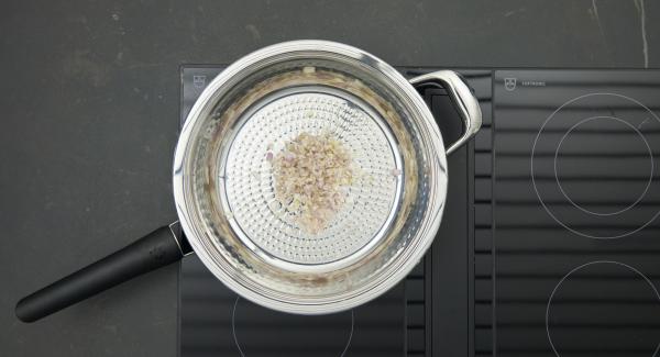 Schalotten in eine HotPan geben. Deckel auflegen, auf Herd stellen und auf höchste Stufe schalten. Audiotherm einschalten, auf Visiotherm aufsetzen und drehen bis das Brat-Symbol erscheint.