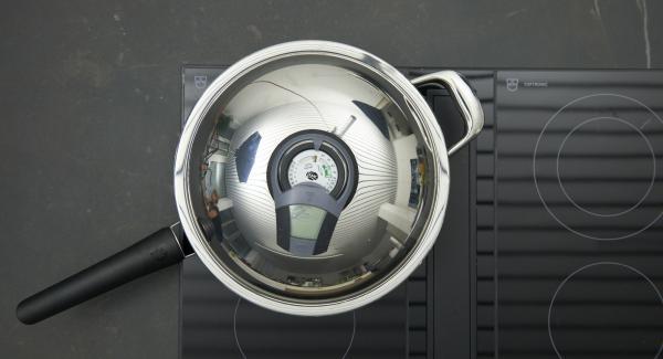 Sobald der Audiotherm beim Erreichen des Brat-Fensters piepst, auf niedrige Stufe schalten und Schalotten kurz anschwitzen, mit Fond oder Bouillon und Wein ablöschen.