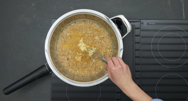 Mehl und Butter verkneten. Zunächst Mehlbutter, danach den Rahm einrühren. Zwei Minuten köcheln lassen.