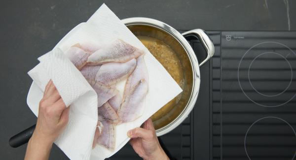 Eglifilets abspülen, trocken tupfen, leicht salzen und mit Zitronensaft beträufeln.