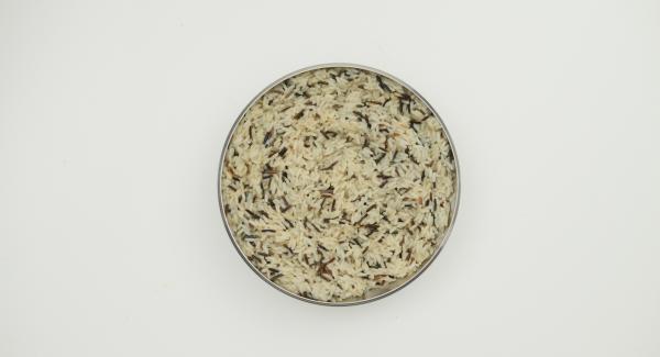 Am Ende der Garzeit Secuquick in den umgedrehten Deckel stellen und von selbst drucklos werden lassen. Secuquick abnehmen, Reis beiseite stellen und erkalten lassen.