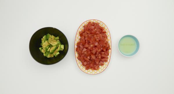 Limette auspressen, Tomaten und Avocados putzen, in kleine Würfel schneiden und sofort mit dem Limettensaft mischen.