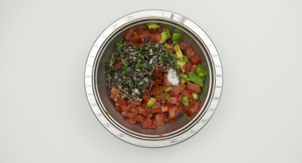 Zwiebel schälen, ebenfalls würfeln und zugeben. Korianderblätter abzupfen und fein hacken. Unter die Salsa heben und mit Chilli- und Paprikapulver und Salz abschmecken