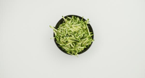 Butter schmelzen, Griess mit Milch glatt rühren, Eier nach und nach unter den Teig rühren und Butter zugeben. Zucchini putzen und fein raspeln, mit Reis und Paniermehl unter den Griess-Teig mischen. Falls die Masse zu weich ist, noch etwas Paniermehl unterarbeiten.
