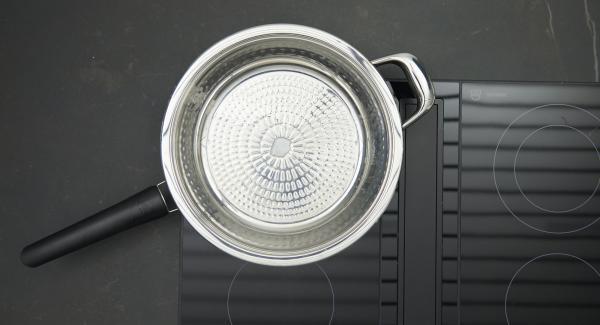 HotPan auf Herd stellen und diesen auf höchste Stufe schalten und mit Hilfe des Audiotherms bis zum Brat-Fenster aufheizen. Sobald der Audiotherm beim Erreichen des Brat-Fensters piepst, Herd auf niedrige Stufe schalten und Kokosfett hineingeben.