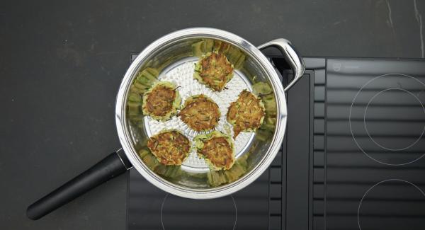 Mit feuchten Händen ca. 12 Burger formen, die erste Hälfte in die HotPan legen und den Deckel auflegen. Mit Hilfe des Audiotherms braten bis der Wendepunkt bei 90 °C erreicht ist. Burger wenden und die zweite Seite ebenso mit Hilfe des Audiotherms bis zum erreichen des Wendepunktes bei 90 °C braten.
