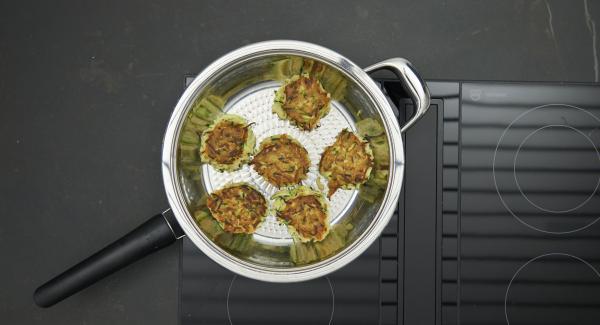 Restliche Burger ebenso braten. Burger auf einem Teller anrichten und mit der Salsa servieren.