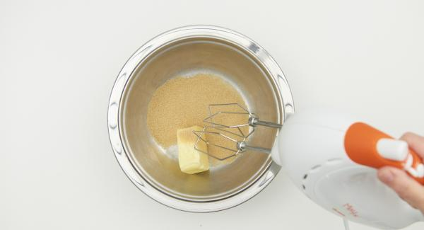 Butter mit Zucker schaumig rühren, Vanillezucker, Zitronenschale und Ei unterrühren.