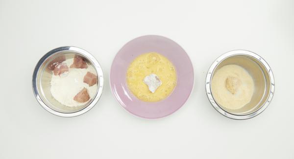 Fleischstücke zuerst in Mehl wenden, dann im verquirlten Ei und zum Schluss in Paniermehl. Panierte Nuggets ca. 30 Minuten im Kühlschrank ruhen lassen.