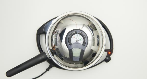 Öl in die HotPan Prime geben, Deckel auflegen, auf Navigenio stellen, auf Stufe 6 schalten. Audiotherm einschalten, auf Visiotherm aufsetzen, drehen bis das Brat-Symbol erscheint.