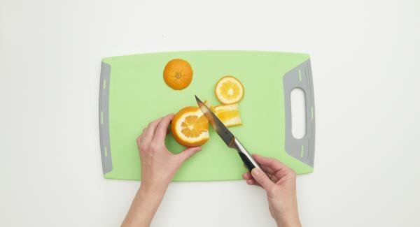 Banane und Orange schälen und in Scheiben bzw. Würfel schneiden. Erdbeeren, Weintrauben und Apfel gründlich waschen und zerkleinern.