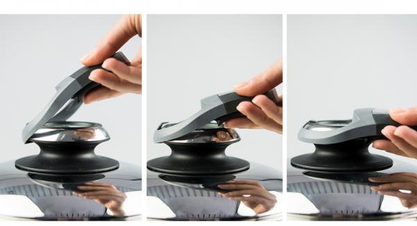 Spinat putzen, waschen und tropfnass in die HotPan 24 cm geben, auf Herd stellen und diesen auf höchste Stufe schalten. Audiotherm einschalten, auf Visotherm aufsetzen und drehen bis das Gemüse-Symbol erscheint. Sobald der Audiotherm beim Erreichen des Gemüse-Fensters piepst, Herd ausschalten und Spinat beiseite stellen.