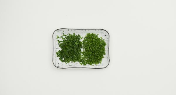 50 g Butter in der HotPan 24 cm aufschäumen, Paniermehl darin anrösten, abkühlen lassen. Petersilie und Schnittlauch fein hacken.