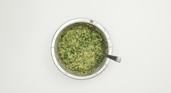 Aus Mehl, Eiern, Milch und Wasser einen zähen Teig kneten. Butter mit Paniermehl, Kräuter Spinat beigeben, mit Salz und Pfeffer würzen, gut mischen und ca. 1 Std. ruhen lassen.
