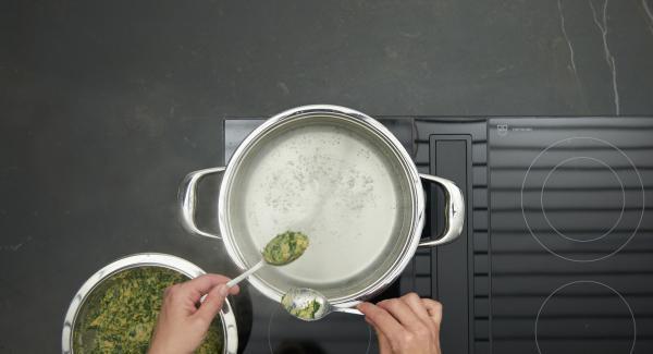 Topf mit Wasser füllen, leicht salzen, auf Herd stellen und diesen auf höchste Stufe schalten. Sobald das Wasser kocht, Herd auf niedrige Stufe schalten, mit einem Esslöffel Nocken abstechen und portionenweise im Wasser ca. 5 Minuten ziehen lassen. Mit einer Schaumkelle herausnehmen.