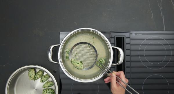 Cook & Serve einfetten und die Nocken darin anrichten und bei Bedarf im Backofen warm halten bis alle Nocken gegart sind.