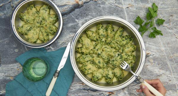 Die restliche Butter bei mittlerer Hitze in der HotPan aufschäumen und leicht bräunen. Den Käse über die Nocken streuen und mit heisser Butter übergiessen.