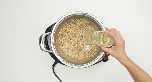 """Mit Wein ablöschen, Brühe und Thymian beigeben. EasyQuick mit Dichtring 24 cm aufsetzen. Navigenio auf """"A"""" schalten. 15 Minuten Garzeit am Audiotherm eingeben und im Dampf-Bereich garen."""