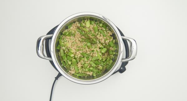 Zum Schluss Parmesan, Olivenöl und reichlich Pfeffer beigeben und gut umrühren.