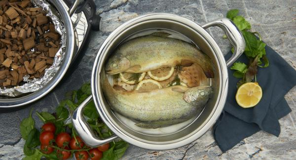 Die geräucherten Forellen direkt warm oder nach Belieben auch kalt servieren.