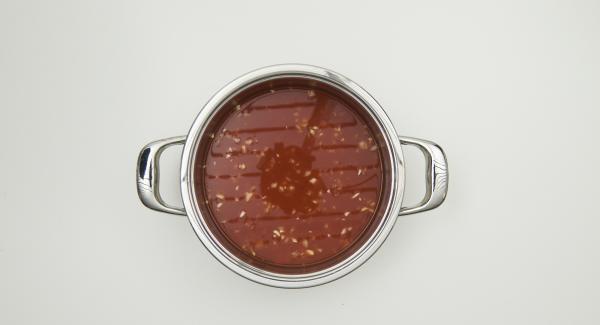 Haut der Chorizo entfernen und die Wurst in mundgerechte Stücke schneiden. Mit den restlichen Zutaten bis einschliesslich Wasser mischen, Secuquick Softline aufsetzen und verschliessen.