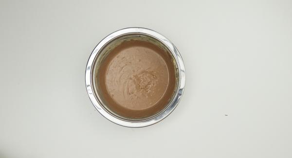 Schokoladen im Wasserbad schmelzen, danach etwas abkühlen lassen. Frischkäse, Quark, Eier, Speisestärke und AMC Cho-Co miteinander verrühren und Schokolade unterrühren.