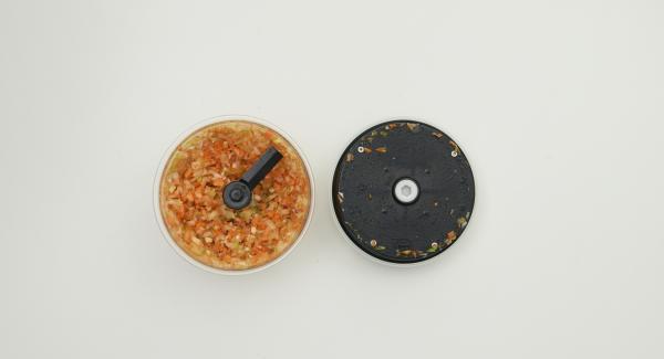 Zwiebeln, Knoblauch, Möhre schälen, Sellerie und Chilischote putzen und alles im Quick Cut fein hacken.